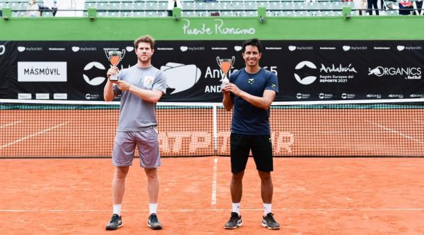 Ariel Behar (izquierda) y Gonzalo Escobar muestran sus trofeos que ganaron la mañana de este 11 de abril del 20221 en Marbella. Twitter:@ATP de Marbella