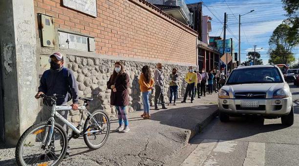 En la escuela Ignacio Escandón de Cuenca hubo largas filas por menos de 30 minutos y luego se normalizó. Foto: Lineida Castillo / EL COMERCIO