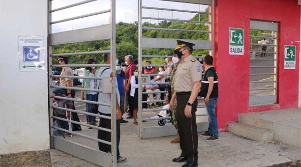 En recintos, como el de la unidad educativa Olmedo, en Manabí, hubo retrasos porque los miembros de las 23 juntas receptoras no llegaron a tiempo. Foto: cortesía Policía Nacional