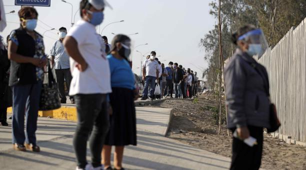Ciudadanos hacen fila para votar este domingo 11 de abril del 2021 en un centro electoral en el distrito de Villa El Salvador, en Lima, Perú. Foto: EFE