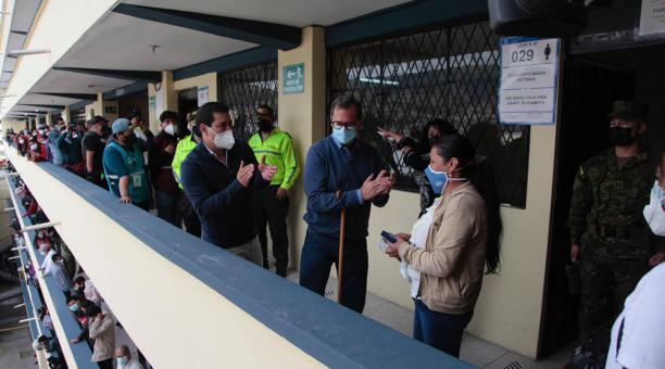 El candidato presidencial Andrés Arauz, junto a su vicepresidenciable Carlos Rabascall, llegó a la Academia Pedro Traversari en Chillogallo para acompañar a la votación de Mariana Cuzco, una comerciante de Quito. Foto: Galo Paguay/ EL COMERCIO
