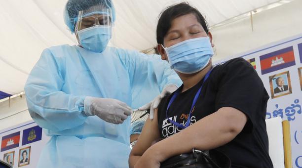 Una enfermera aplica la vacuna contra el covid-19 de la farmacéutica china Sinovac a una mujer en Camboya. Foto: EFE