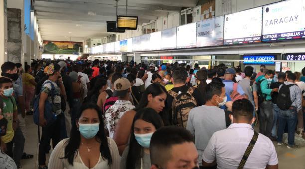 Las instalaciones de la terminal de pasajeros de Santo Domingo lucieron copadas de usuarios este domingo 11 de abril de 2021. Foto: EL COMERCIO