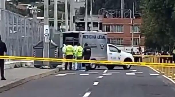 El cadáver fue hallado en un contenedor de basura, ubicado en una vía del barrio de Solanda, en el sur de Quito. Foto: Captura redes sociales