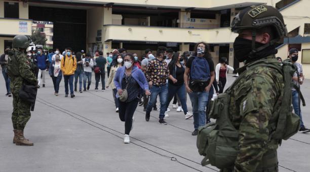 Militares y policías custodian el ingreso de las personas a los recintos electorales en Ecuador. En el país rige la ley seca, que prohíbe la venta y  consumo de bebidas alcohólicas. Foto: Galo Paguay/ EL COMERCIO