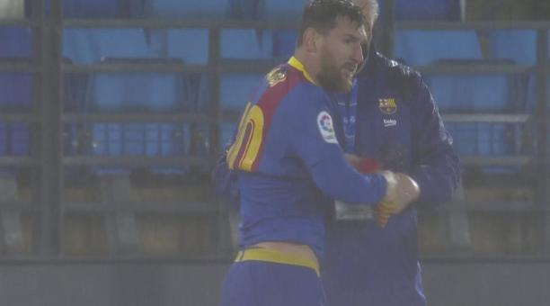 Lionel Messi mientras se cambiaba de camiseta, en el estadio Alfredo Di Stefano. Foto: Captura de pantalla