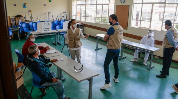 La jefa de la misión de observación de la OEA y exvicepresidenta de Panamá, Isabel de Saint Malo, realiza un recorrido de observación del proceso electoral en el Colegio San Gabriel, en Quito. Foto: EFE