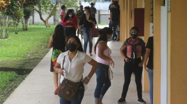 Desde las 14:00 la afluencia de electores bajó significativamente en los recintos electorales de la provincia Tsáchila. Foto: EL COMERCIO