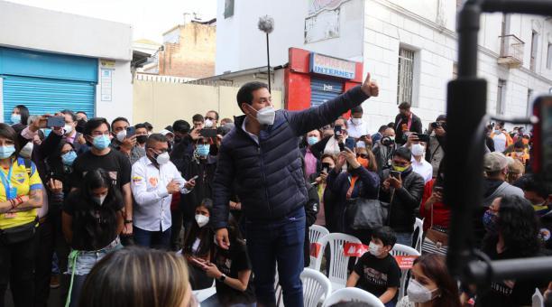 El candidato presidencial Andrés Arauz habló de los resultados de las exit poll, en los exteriores de la sede de Unes en Quito. Foto: Vicente Costales/ EL COMERCIO