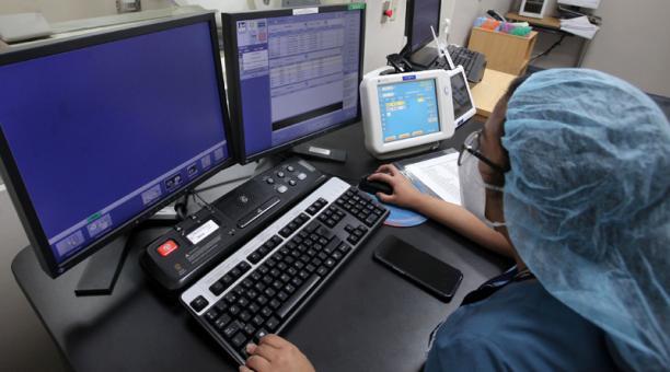 Karen Ramírez, del Hospital Metropolitano, revisa estudios de una tomografía de tórax.