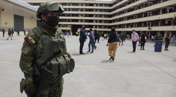 Militares de la Primera División Shyris permanecieron en la Unidad Educativa Mayor Pedro Traversari, un plantel del sur de Quito.