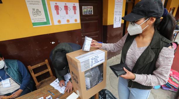Una mujer vota en La Paz (Bolivia). Foto: EFE