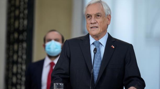 Una foto del folleto facilitada por la presidencia chilena muestra al presidente de Chile Sebastián Piñera hablando luego de firmar la reforma constitucional que pospone las próximas elecciones para el 15 y 16 de mayo debido a la pandemia Covid-19, en el