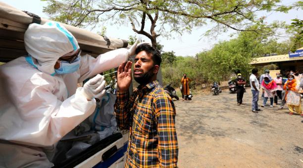 Un hombre se somete a una prueba de frotis de coronavirus en una carretera en Bhopal, India, el 10 de abril de 2021.