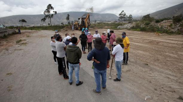 Los moradores del sector de Moraspungo participaron en una minga el sábado 3 de abril. Limpiaron y reforestaron el espacio público. Foto: Julio Estrella / El Comercio