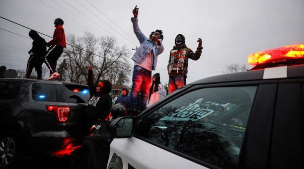 Los disturbios por el fallecimiento de un joven afroamericano en un operativo policial se iniciaron la noche del domingo, cuando se oyeron fuertes explosiones y se vieron columnas de humo alrededor de la sede del Departamento de Policía de Brooklyn Center