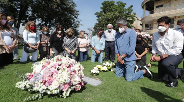Guillermo Lasso llegó acompañado de su familia y amigos íntimos al cementerio Jardines de la Esperanza, en el norte de Guayaquil. Foto: Cortesía