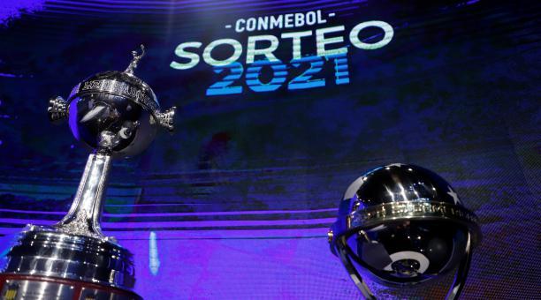 Los trofeos de la Copa Libertadores y Sudamericana, durante el sorteo de la Conmebol. Foto: EFE