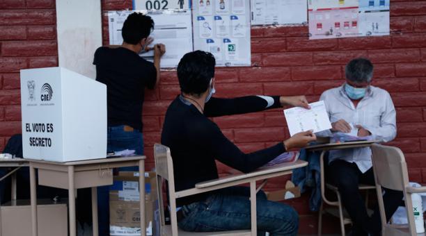 En el colegio Central Técnico, en el norte de Quito, los observadores de los dos movimientos políticos vigilaban el conteo de votos.