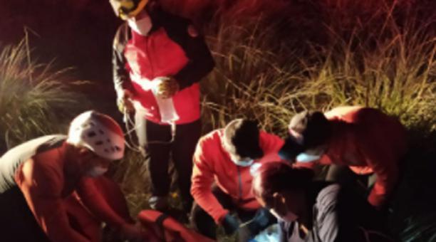 El ciudadano francés fue localizado y rescatado de un barranco, de 50 metros, por socorristas de los cuerpos de Bomberos de Cotacachi y Cayambe. Foto: Cortesía Cuerpo de Bomberos de Cotacachi