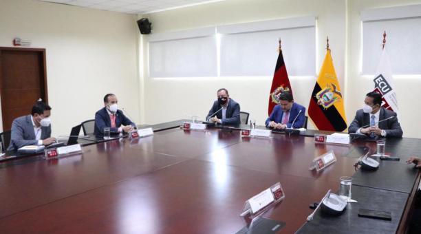 El presidente de la FEF, Francisco Egas, junto a representantes del COE Nacional y el Ministro de Gobierno, Gabriel Martínez. Foto: FEF