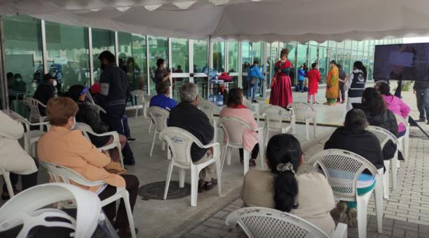 Este 12 de abril del 2012, los adultos mayores del programa 60 y Piquito del Municipio de Quito empezaron a recibir la segunda dosis de la vacuna contra el covid-19. Foto: Tomada de la cuenta Twitter  Secretaría de Salud Quito