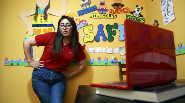 Sandra Silva, maestra del Servicio de Atención Familiar para la Primera Infancia, capta la atención en la pantalla. Foto: Vicente Costales/ EL COMERCIO