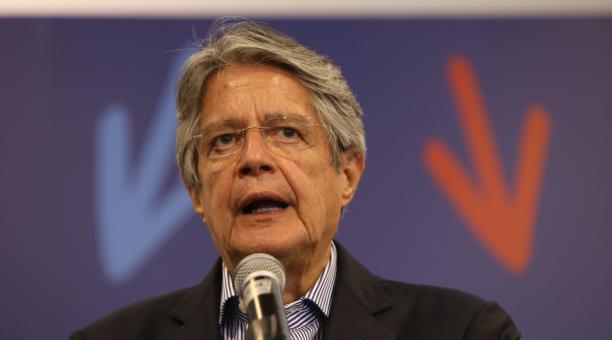El presidente electo de Ecuador, Guillermo Lasso, en sus primeras declaraciones en el Hotel Dann Carlton, en el norte de Quito. Foto: Vicente Costales / EL COMERCIO