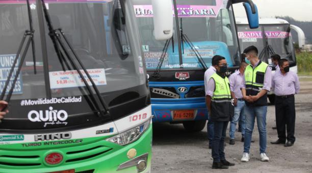 Trabajadores de la empresa Guadalajara junto a los buses, en el taller ubicado en Llano Grande (norte). Foto: Julio Estrella / EL COMERCIO