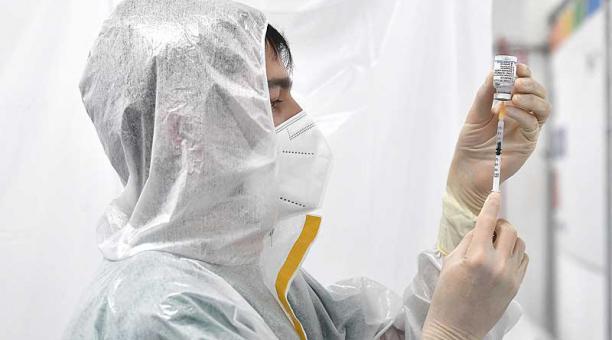 Los CDC de Estados Unidos han hecho recomendaciones más específicas para las personas completamente vacunadas. Foto: EFE