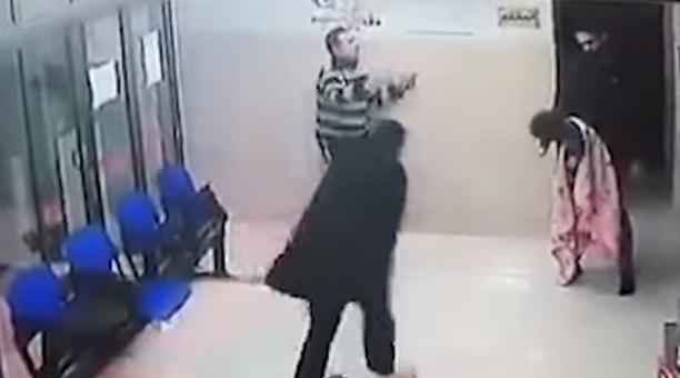 El médico tomó a la niña y le dio varios golpes en la espalda. Foto: captura