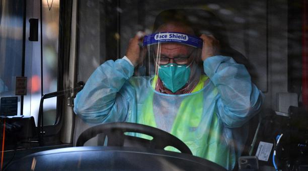 Un conductor de skyBus ajusta su equipo de protección personal antes de ayudar a viajeros a bajar del autobús en Melbourne, Australia, el pasado 8 de abril de 2021. Foto: EFE