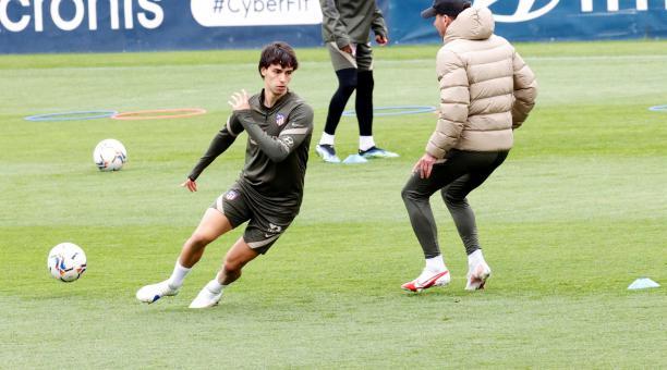 El delantero portugués del Atlético de Madrid Joao Félix (i) se ejercita durante un entrenamiento de su equipo en la ciudad deportiva del club en Majadahonda (Madrid) este jueves. El combinado viajará a Sevilla para enfrentarse al Betis en un encuentro de