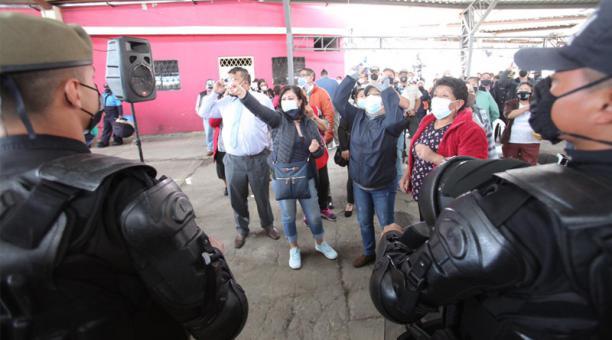 La reunión se realizó en el Mercado Chiriyacu (sur de la ciudad), con público presente, lo que provocó críticas por parte de algunos ediles. Foto: Julio Estrella / EL COMERCIO