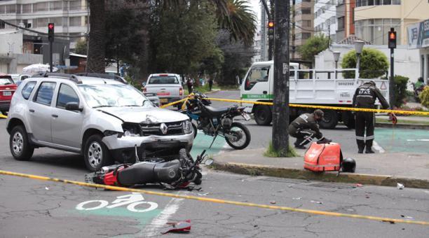 La motocicleta de un repartidor de alimentos y un vehículo se chocaron frente al semáforo que se encuentra en esta intersección. Foto: Julio Estrella / EL COMERCIO