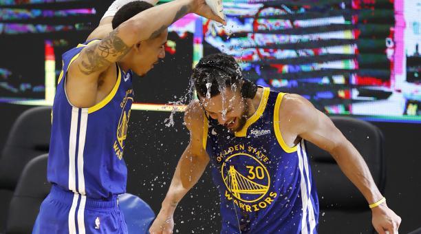 Stephen Curry fue bañado con agua en la cancha, por su buen juego con los Warriors. Foto: EFE