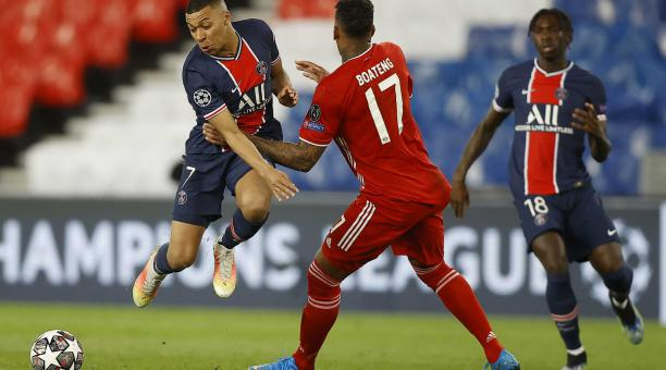 Kylian Mbappé (L) del Paris Saint Germain y Jerome Boateng (C) del Bayern en acción durante los cuartos de final de la Liga de Campeones de la UEFA el segundo partido de fútbol entre el Paris Saint-Germain y el FC Bayern de Múnich, en París, Francia, el 1