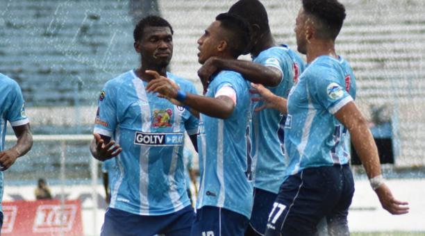 Los jugadores del 9 de Octubre festejan el gol de Danny Luna (centro) en la paliza sobre el Guayaquil City. Foto: Prensa 9 de Octubre.