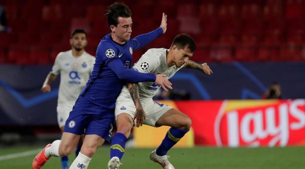 El defensa del Chelsea Ben Chilwell (i) pelea un balón con el centrocampista colombiano del Oporto Mateus Uribe en el partido de vuelta de cuartos de final de la Liga de Campeones que se disputa este martes en el estadio Sánchez Pizjuán. EFE/Julio Munoz