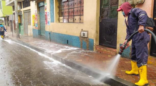 Como otra medida de bioseguridad se realiza la fumigación y limpieza de las calles y plazas de la ciudad como medida de prevención ante la pandemia. Foto: Cortesía