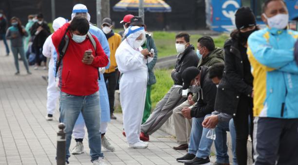 Las personas hicieron fila afuera de la carpa médica municipal de Cotocollao, el martes 13 abril del 2021. Foto: Julio Estrella /EL COMERCIO