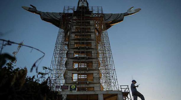 El Cristo Protector se construye desde hace poco más de un año en la cima del Morro de las Antenas, un cerro a unos 400 metros sobre el nivel del mar. Foto: EFE