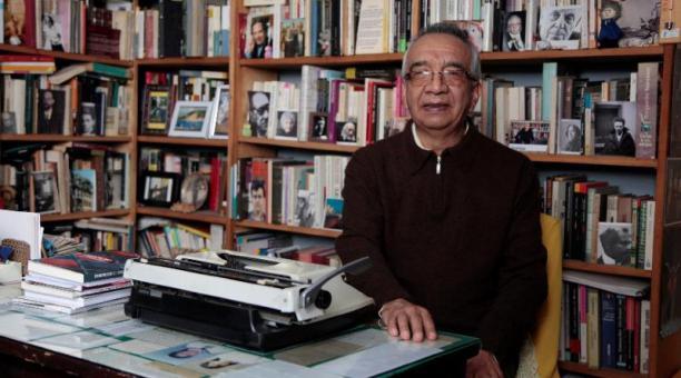 Édgar Freire, símbolo del librero en Quito, en su departamento rodeado de libros y con una máquina de escribir. Foto: Galo Paguay / EL COMERCIO