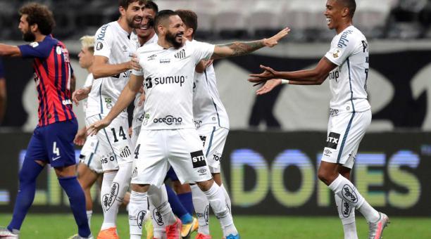 Marcos Ricci (C) del Santos celebra tras anotar durante el partido de fútbol de la Copa Libertadores entre Santos y San Lorenzo en el Estadio Mane Garrincha de Brasilia, Brasil, el 13 de abril de 2021. (Brasil) EFE