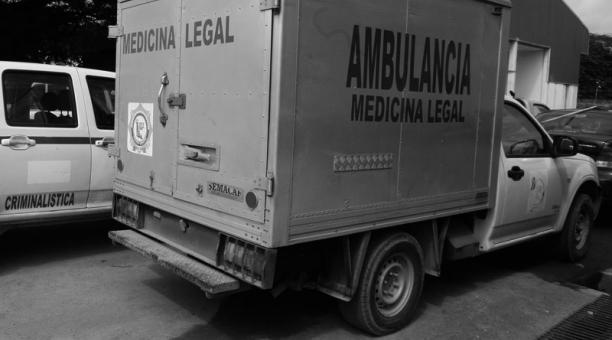 Imagen referencial. Agentes de la Policía trasladaron los cadáveres de la pareja de médicos a los laboratorios para practicar las respectivas autopsias. Foto: Archivo/ EL COMERCIO