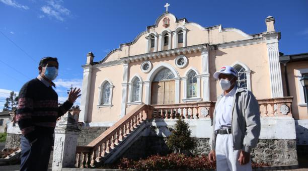 El morador Hugo Moreno (i) y el dirigente Segundo Chiguano, frente a la iglesia de San Juan de Turubamba, donde había antes una hacienda. Foto: Vicente Costales / El Comercio