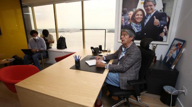 El presidente electo, Guillermo Lasso, ayer en la tarde mantuvo reuniones con su equipo, en su oficina de campaña en el centro de Guayaquil. Foto: Enrique Pesantes/ EL COMERCIO