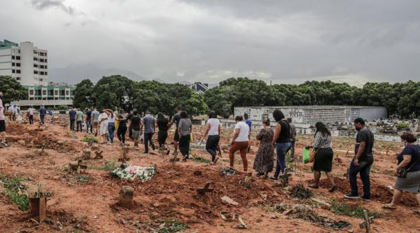 Familiares acompañan el entierro de un ser querido víctima covid-19 en un cementerio del norte de Río de Janeiro (Brasil).Foto: EFE