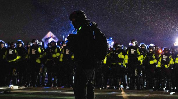 Manifestantes se enfrentaron a la policía local exigiendo justicia para Daunte Wright, quien fue asesinado por un oficial de policía el 11 de abril. Foto: EFE