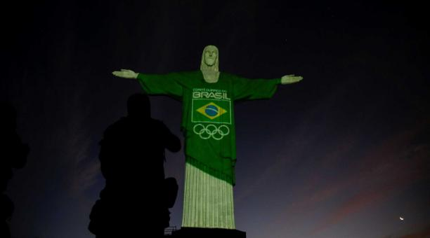 El Comité Olímpico Brasileño (COB) iluminó el Cristo Redentor para celebrar los 100 días que quedan para los Juegos Olímpicos de Tokio que tendrán lugar del 23 de julio al 8 de agosto, hoy en Río de Janeiro (Brasil). EFE